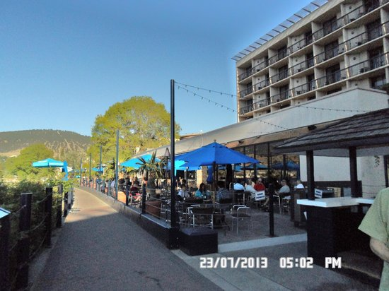 Penticton Lakeside Resort Convention Centre & Casino: patio seating of a bar at the back of the hotel