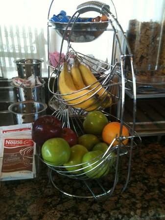 BEST WESTERN Airpark Hotel: Mixed fruits display at the breakfast counter