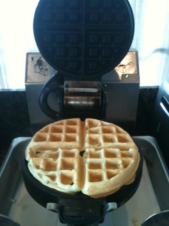 BEST WESTERN Airpark Hotel: Waffle is ready