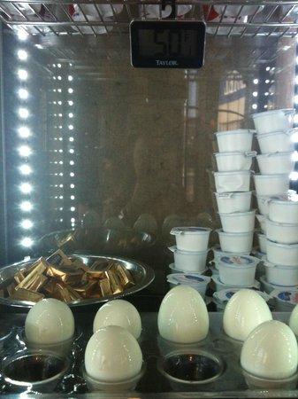 BEST WESTERN Airpark Hotel: hard boiled eggs & yoghurt Cooler Box