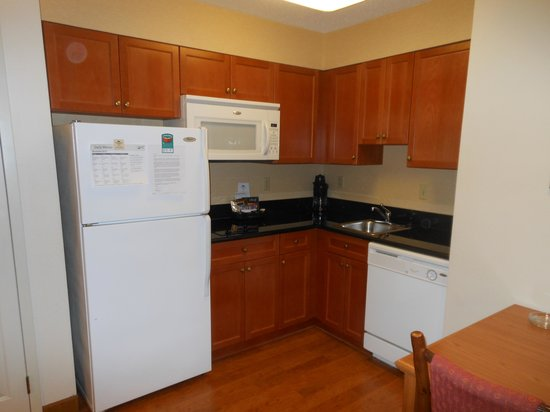 Homewood Suites by Hilton Toledo-Maumee : Kitchen