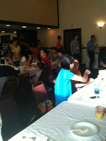 Artesia Inn & Suites : Breakfast room busy with groups