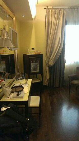 Antares Hotel Accademia: the mini bar in the room