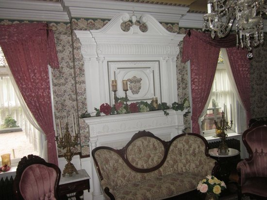 Shearer Elegance Bed and Breakfast: Gorgeous living room fireplace and antique sofa....