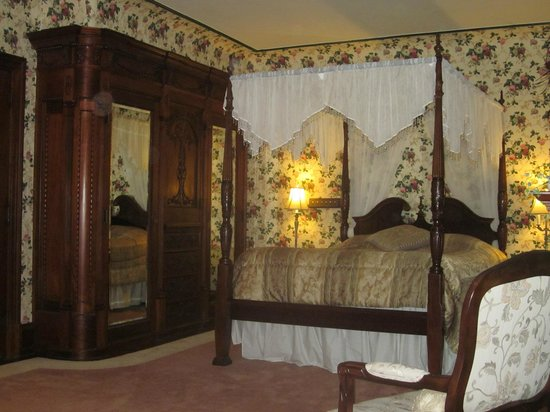 Shearer Elegance Bed and Breakfast: Beautiful floral wallpaper and built-in wood armoire...