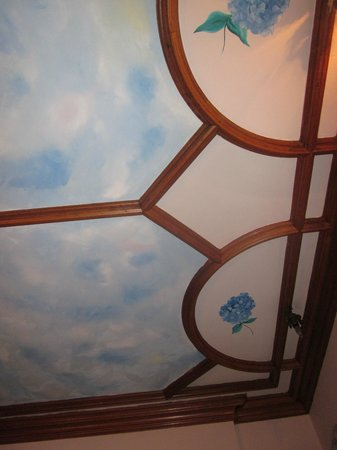 Shearer Elegance Bed and Breakfast: Hydrangeas painted near the blue sky on the ceiling