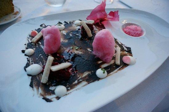 Martin Berasategui: 2013 Sauteed black garlic (Fruit Garlic) with beet ceviche, ice radish and raifort cream