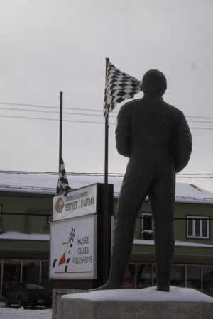 Berthierville, Kanada: Entranceway with the statue of Gilles Villeneuve