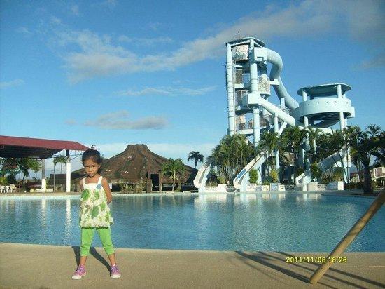 Calamba, Filippine: Erika at Wet 'n Wild Pool area