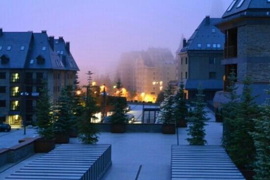 Sercotel Hotel Himalaia Baqueira: en la terrazs de la piscina de noche..mes de agosto