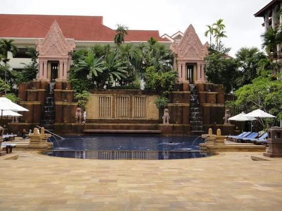 Sokha Angkor Resort: 中庭奥のプール