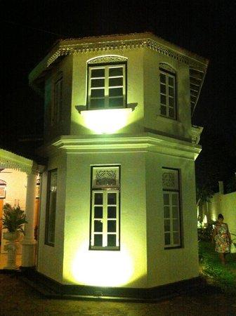 Royce Hotel: vooraanzicht bij de poort