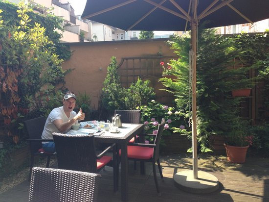 Hotel Bavaria: Breakfast on the patio