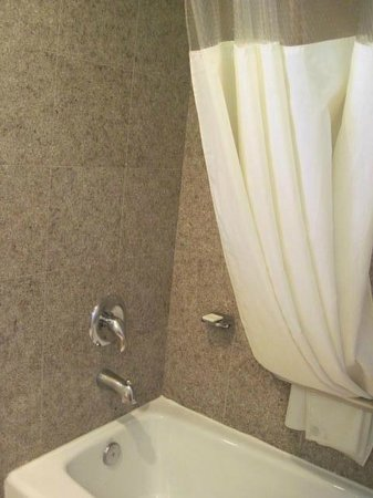 Travelodge San Luis Obispo: bathtub