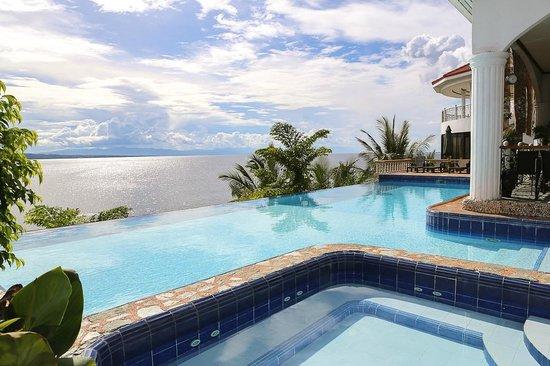Eden Resort : The infinity pool