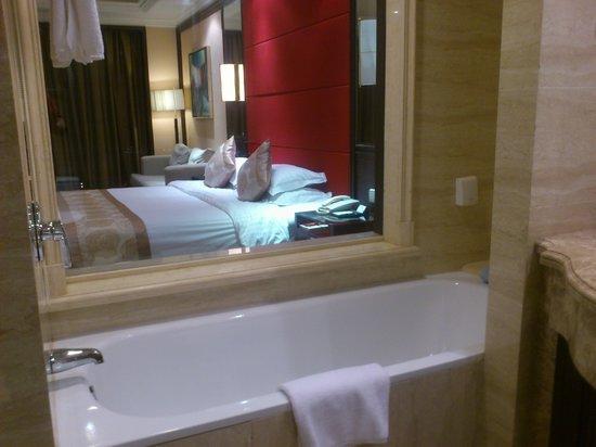Qingdao Kuaitong International Hotel : 流行の部屋からガラス貼りの浴室