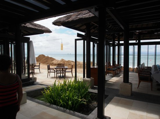 Eight Degrees South at Conrad Bali: Layout of the restaurant - very open and breezy