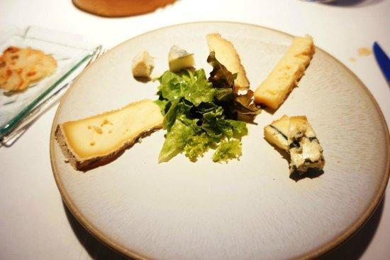 Hotel Restaurant Regis & Jacques Marcon : une belle assitte Monsieur ! ( 25€ à la carte), avons du insister pour avooir du pain !!
