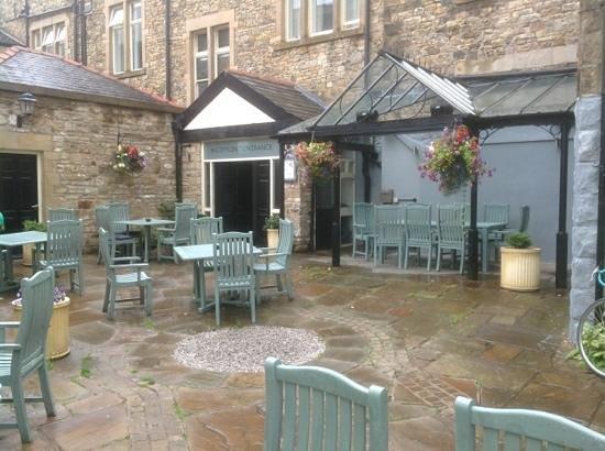 Toll House Inn: beer garden at rear of premises