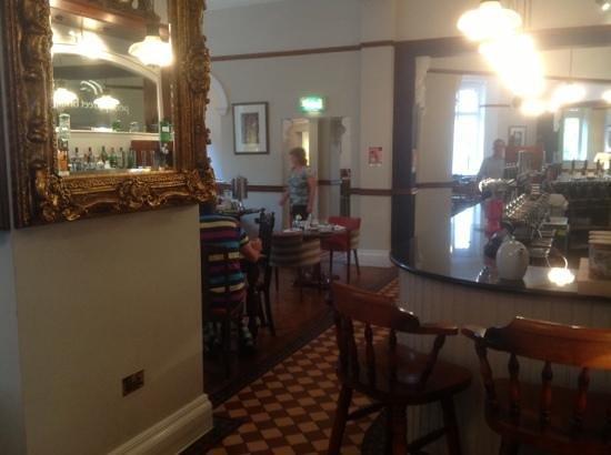 Toll House Inn: bar and dining area