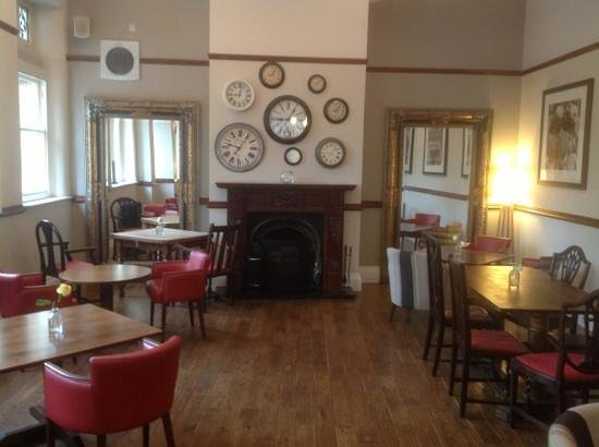 Toll House Inn : bar and dining area
