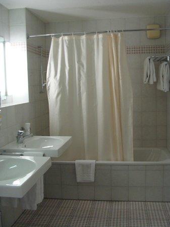 Hotel Monopol Luzern: Bathroom