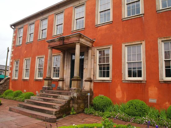 Wordsworth House and Garden: レンガ色の外壁が印象的