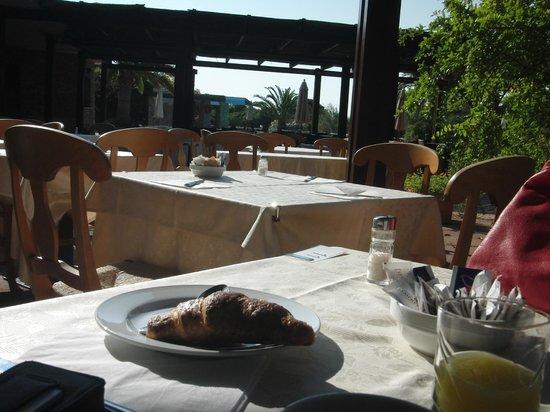 Is Molas Resort : colazione e cena in giardino