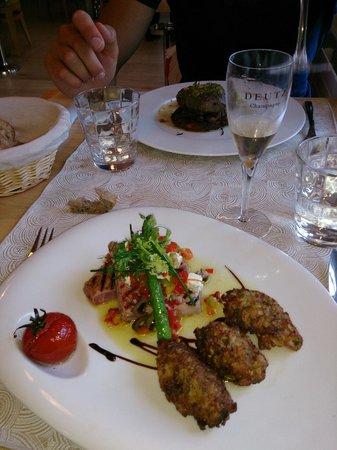 Secret : Pavé de thon grillé, croquettes de courgettes, huile vierge à la feta et olives noires