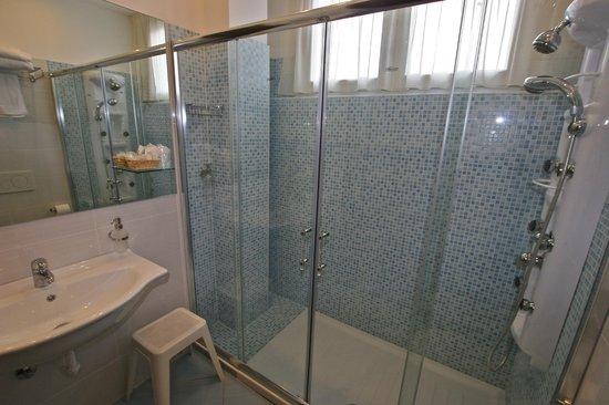 Hotel Centrale: bagno camera superior