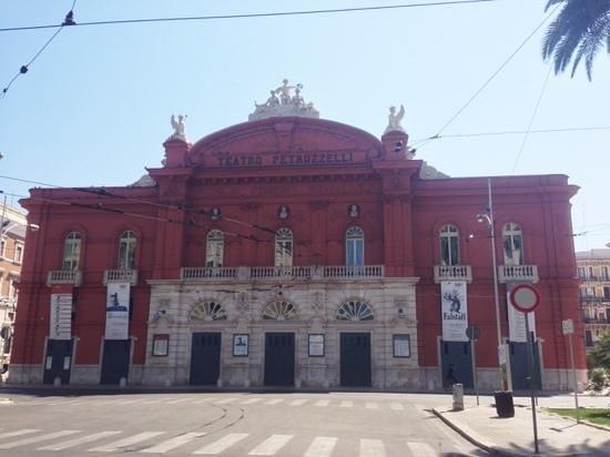Bari, Italie : la facciata del teatro Petruzzelli.