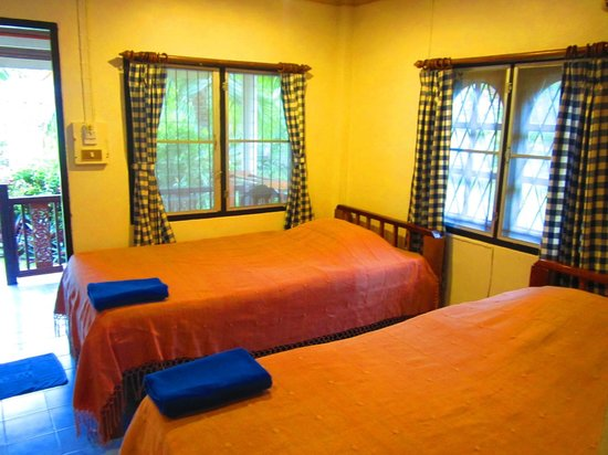 First Villa Beach Resort: Twin bed room