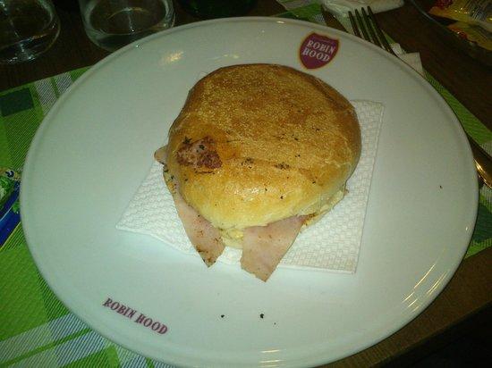 La Locanda di Robin Hood : L'imbarazzante presentazione del panino hamburger-prosciutto-provola-maionese.
