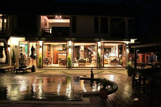 Sairee Cottage Resort: The resort at night; quiet and peaceful. The cafe closes around 9pm.