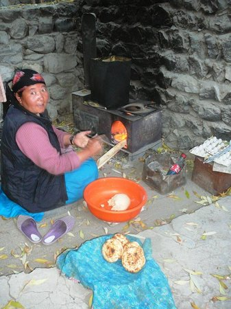 Galaxy Guest House: Aunty baking fresh bread for breakfast!