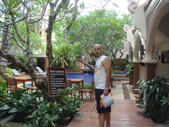 Patong Premier Resort: Breakfast area near the pool and our room