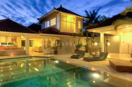 Villa Bunga Kecil: Outdoor Night
