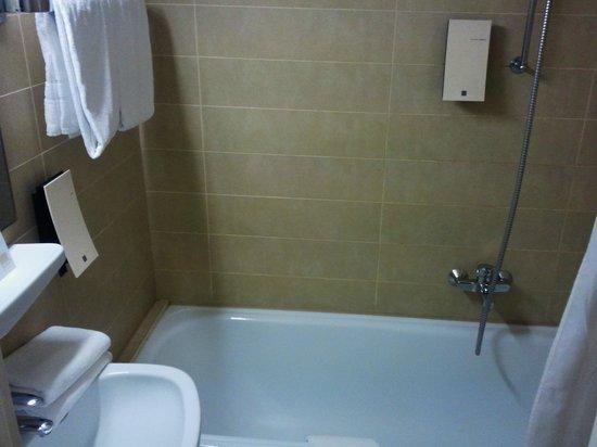 TRYP by Wyndham Berlin am Ku'Damm: Bathroom Nice Shower