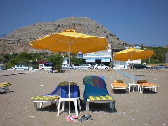 Taverna Konstantinos: Taverna vista dalla spiaggia