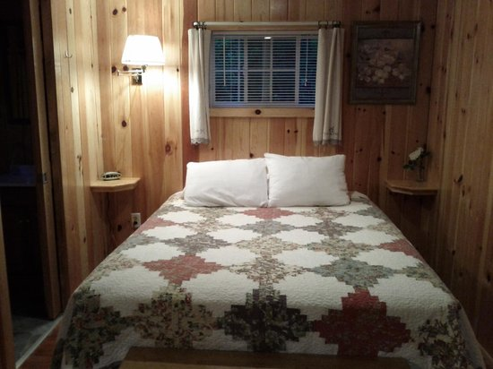 Yule Log Resort: Cabin 5 - double bed