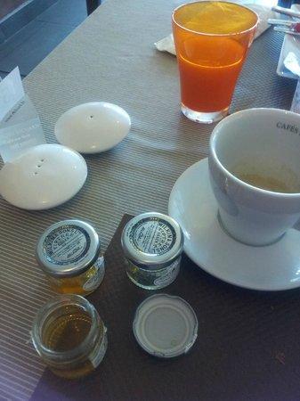 Hotel Restaurant Splendid Camargue : dettaglio del tavolo prima colazione