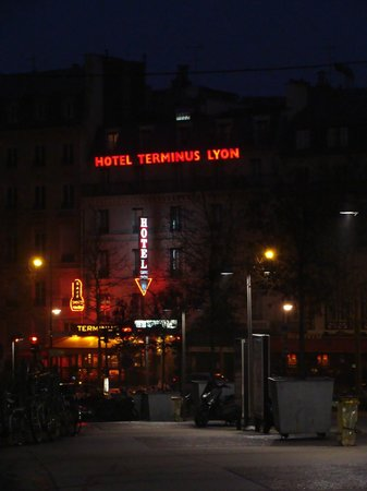 Hotel Terminus Lyon: Front of hotel