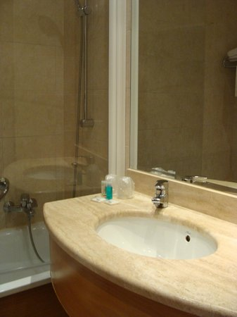 Hotel l'Elysee Val d'Europe: Bathroom
