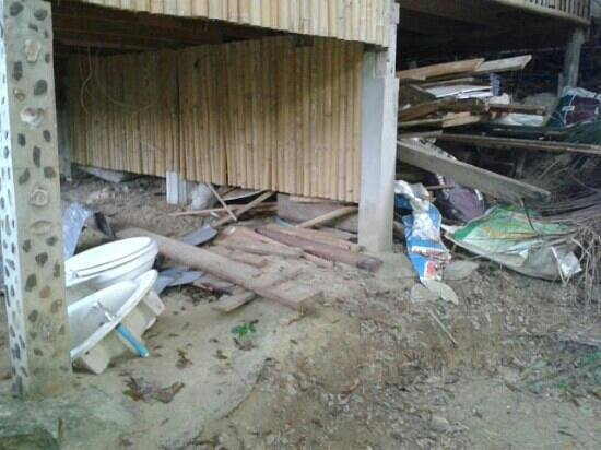 Chunut House: rubbish under the bungalows