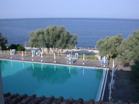 Hotel Puntaquattroventi: Large pool with sea in background