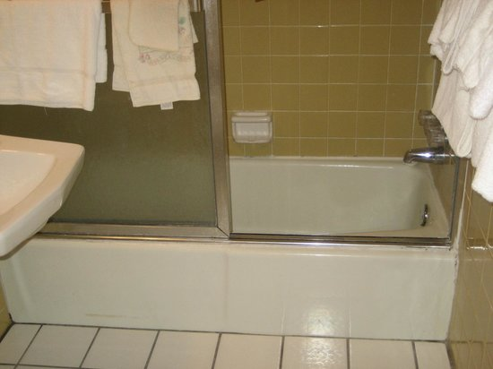 Holiday Shores Motel, Oceana Resorts: Bathroom Shower Tub