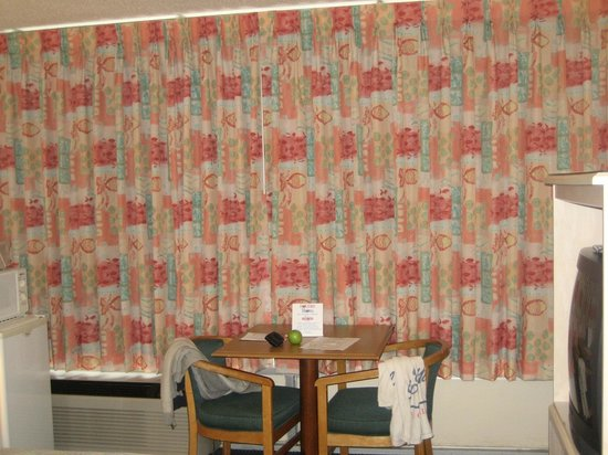 Holiday Shores Motel, Oceana Resorts: Curtains