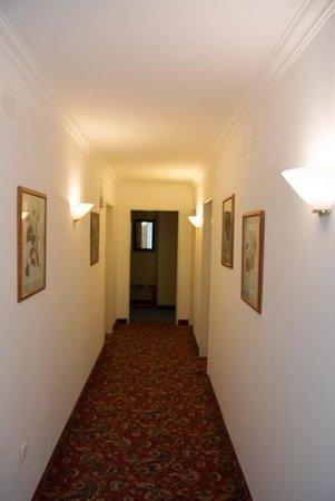 Acanthushotel: Korridor prydd med tavlor med pappersservetter i