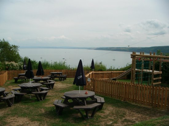 Black Lion Hotel: Lovely grounds with views of bay and play areas for children