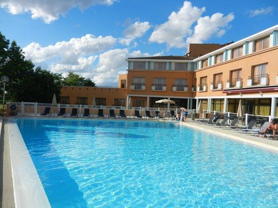 Autour de la piscine picture of mercure toulouse aeroport golf de seilh hotel seilh tripadvisor - Autour de la piscine deco toulouse ...